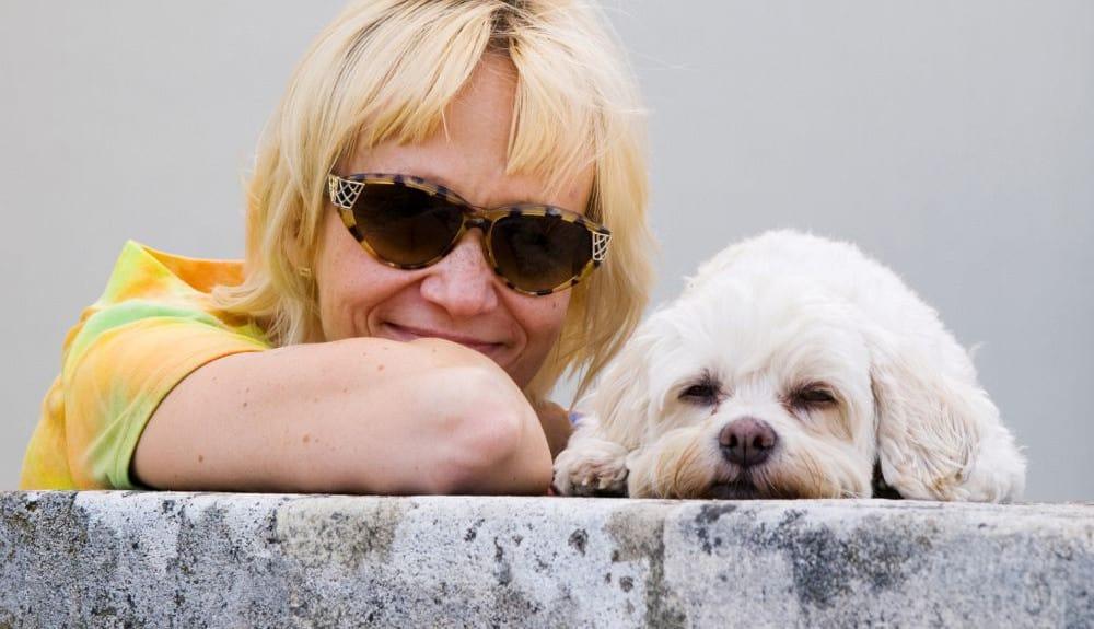 Frau mit gelbem T-Shirt mit Havaneser Hund